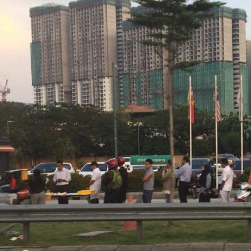 people queuing for nasi lemak