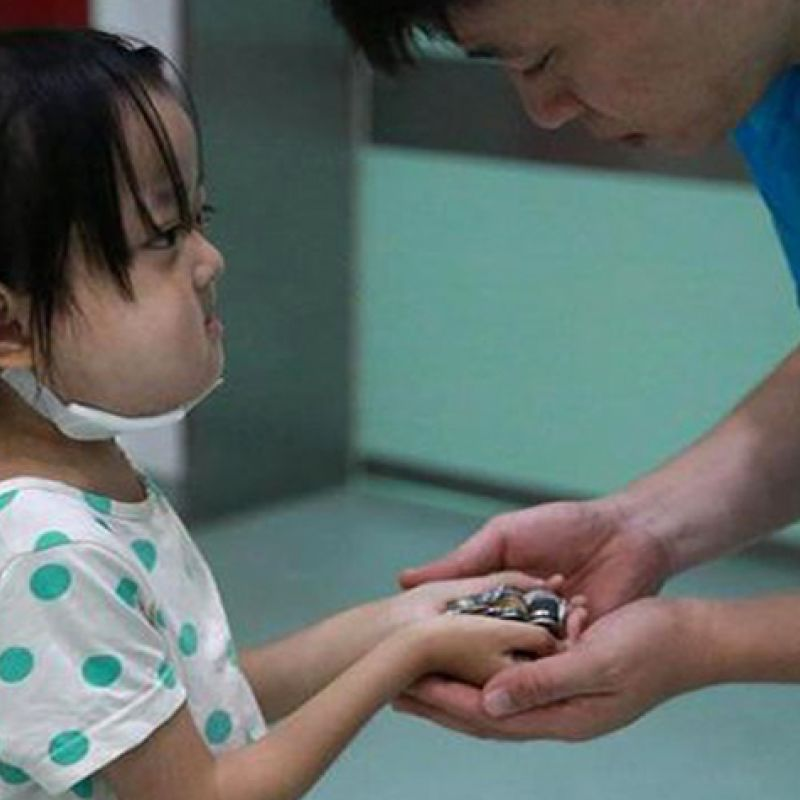 dying little girl giving money