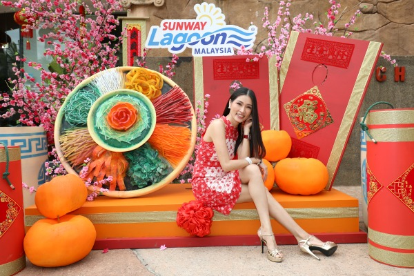 Amber Chia sits pretty at the Giant Yee Sang. There are plenty of Insta-moments at Sunway Lagoon. Upload yours to Facebook or Instagram with the hashtags #SLBestReunionEver and #SunwayLagoonMY.