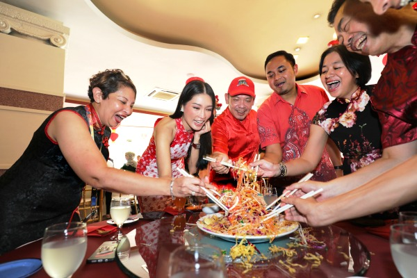 (From Left) Sunway Lagoon Marketing Director Michelle Sonia Gregory, Amber Chia and Sunway Lagoon General Manager Sean Choo tossing Yee Sang at the Beach Bistro Restaurant.