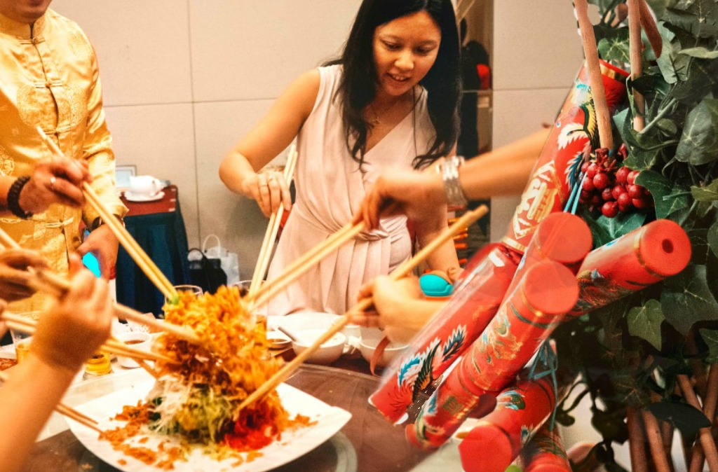 Nuren Group CEO Petrina Goh tossing Yee Sang at the start of the Annual Dinner.