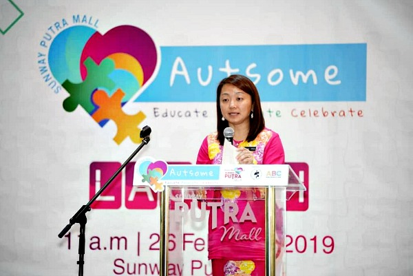 Yeoh commends Sunway Putra Mall for taking the initiative in raising awareness for autism.
