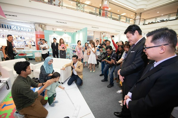 Host Nazrudin Rahman with invited influencers during the demonstration of the Magiclean Wiper Mop as President of KAO Malaysia, Fujiwara Masaki and the media looks on.
