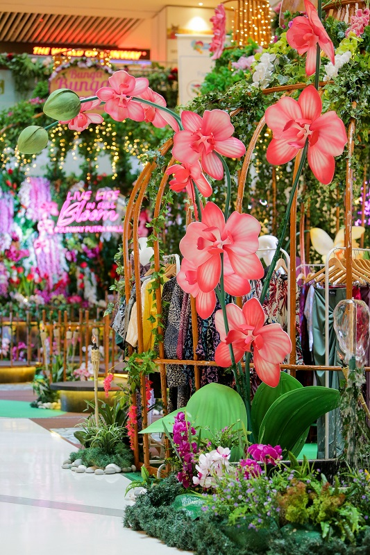 Main Concourse Sunway Putra Mall is festooned with Orchid blooms.