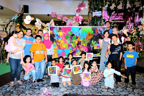The participants from Putra Junior Club (PJC) and Autsome who took part in the special hands-on activity: Kiddies Batik Day.