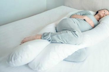 See how a U-shaped full body pregnancy pillow hugs and supports the pregnant form (Image Credit:LandABargain)