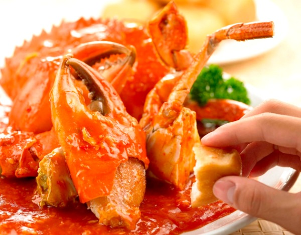 Possibly the most-loved Malaysian crab dish of all time ─ chilli crab, eaten with mantou (steamed bun) usually used to mop up the spicy sauce after the meal. (Image Credit: One Seafood Restaurant, Kuala Lumpur)