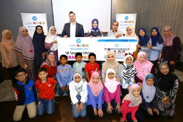 Fayza Mohamed Amin, Managing Director of HP Inc. Malaysia and David Hollands, Education Strategy Manager HP Inc. Asia Pacific and Japan presenting the Grand Prize of the HP Little Makers Challenge to SK Saujana Utama.
