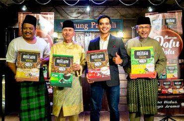 "Fairuz Bin Misran, Tengku Dato' Setia Putra Alhai, Alif Satar, and Dato' Afifuddin Bin Abdul Kadir at the launch of ""Warung""."