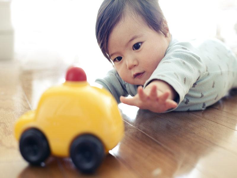 bayi bermain dengan permainan