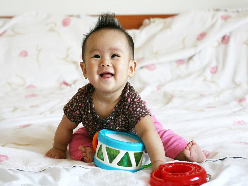bayi bermain muzik