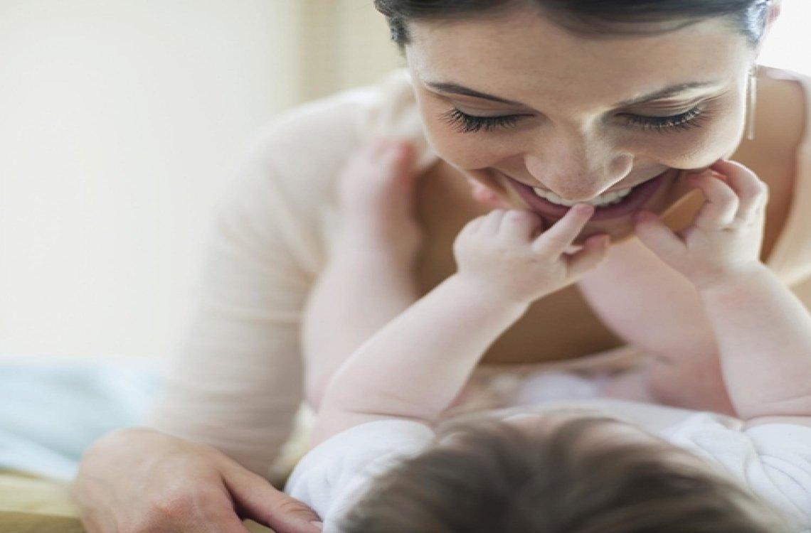 bayi sentuh muka ibunya