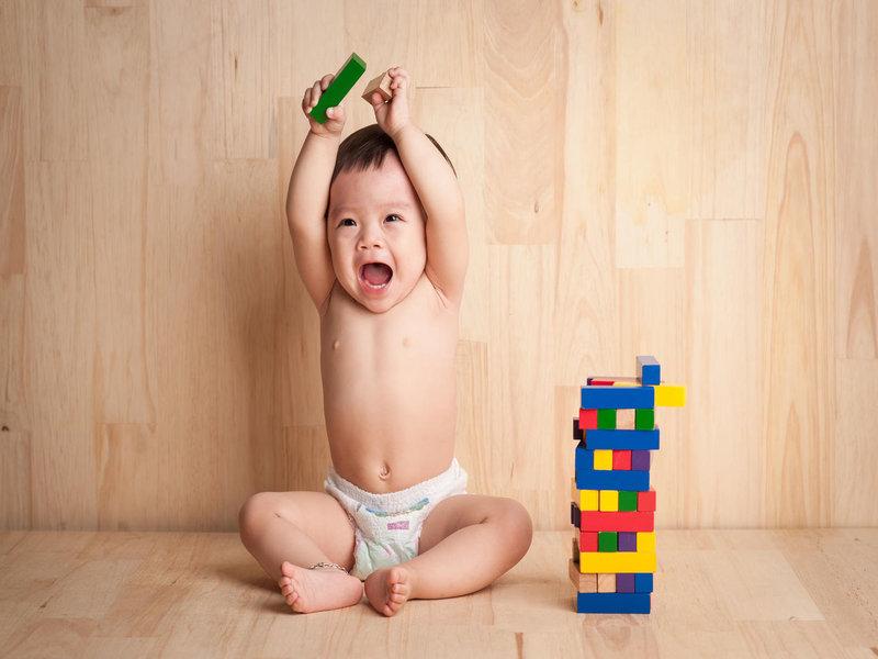 bayi bermain blok