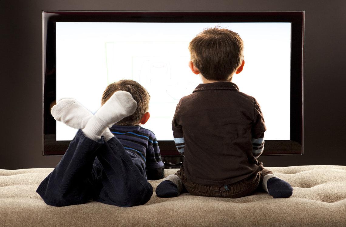 kanak-kanak menonton tv