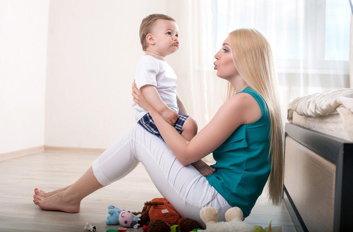 ibu mengajar bayinya bahasa isyarat