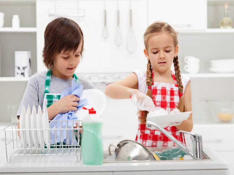kanak-kanak menolong kerja rumah