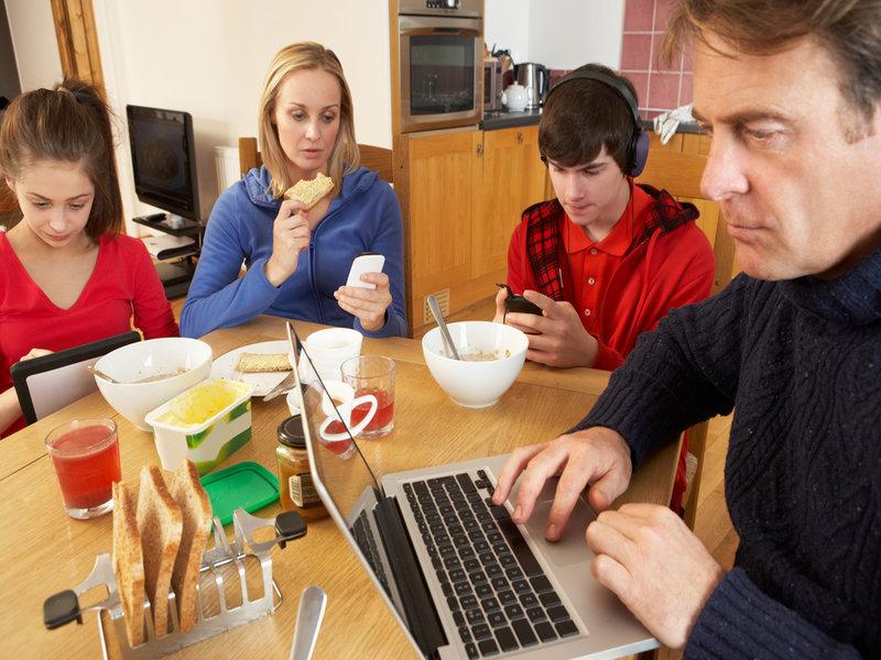 keluarga menghabiskan masa dengan telefon