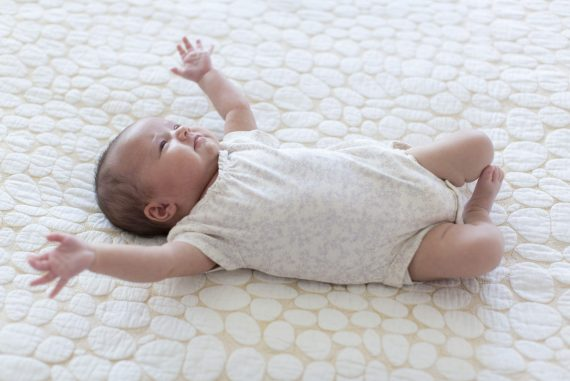 bayi baring merengek