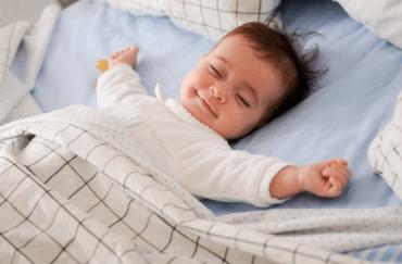 bayi perempuan tidur senyum